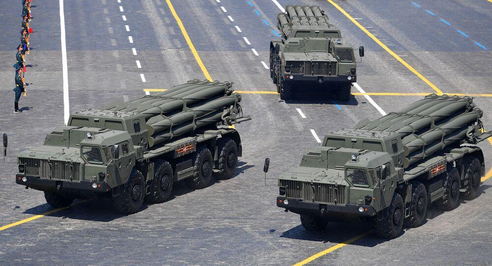 Lançadores múltiplos de foguetes Tornado-S desfilando durante a Parada militar que marcou o 75º aniversário da Vitória na Grande Guerra pela Pátria de 1941-1945, na Praça Vermelha, Moscou