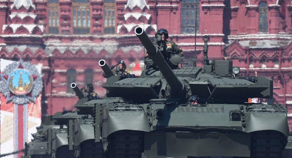 Tanque T-80BVM durante a Parada militar comemorativa dos 75 anos da Vitória na Grande Guerra pela Pátria de 1941-1945 na Praça Vermelha, Moscou