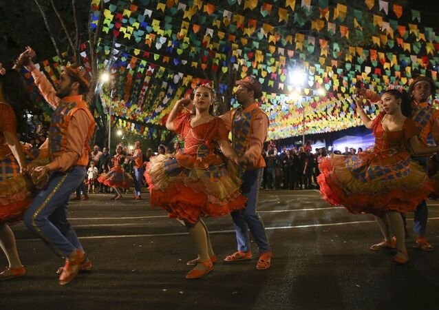 Dançarinos de quadrilha durante Festa Junina