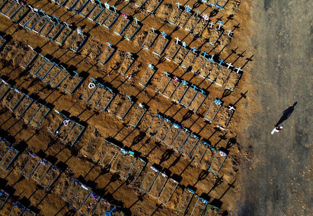 Inúmeras covas são abertas no Cemitério Nossa Senhora Aparecida em Manaus