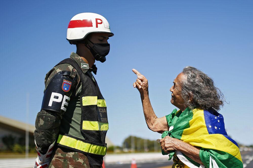 Mulher fala com soldado em frente ao Quartel-General do Exército em Brasília durante ato a favor do presidente Bolsonaro