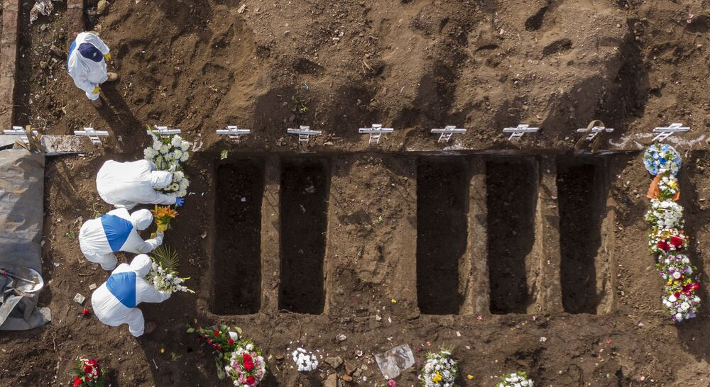 Enterro de vítima da COVID-19 no Cemitério Geral de Santiago, no Chile