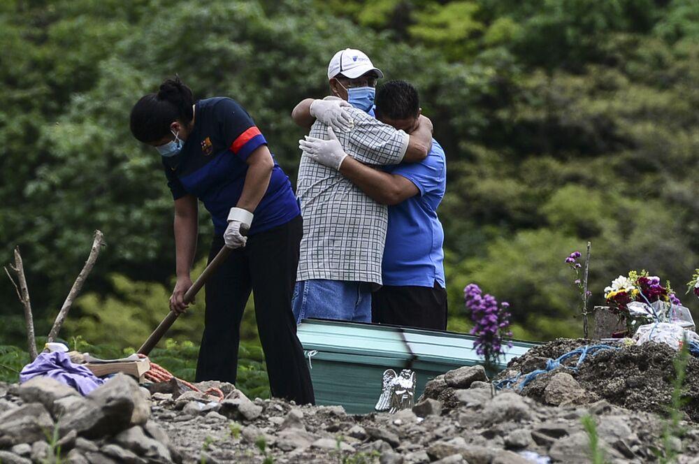 Parentes sepultam vítima da COVID-19 em Honduras