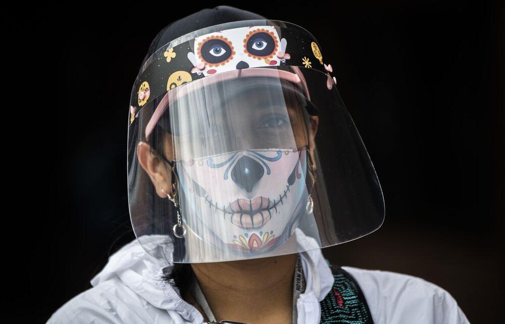 Funcionário da Prefeitura de Bogotá, Colômbia, usa máscara e viseira contra o coronavírus da pandemia