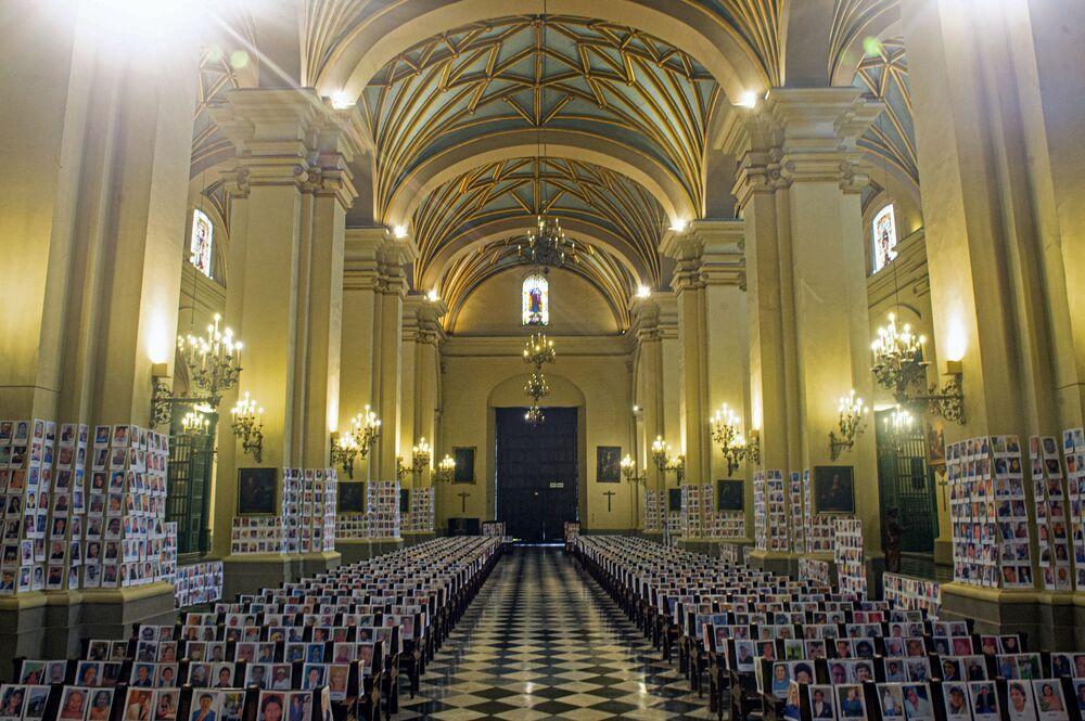 Catedral de Lima é preenchida com fotos de vítimas fatais do coronavírus no Peru