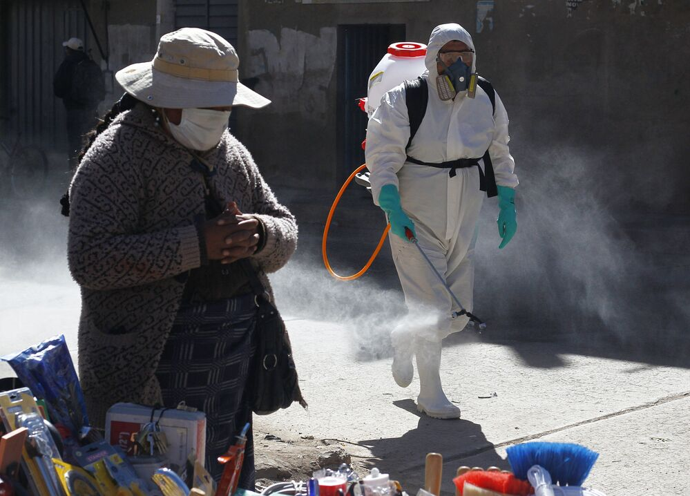 Funcionário municipal de Puno, no Peru, borrifa desinfetante na cidade contra a propagação do coronavírus