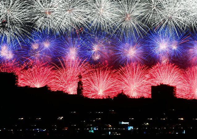 Moscou é iluminada por fogos de artifício nas cores da bandeira russa durante comemoração dos 75 anos do Dia da Vitória