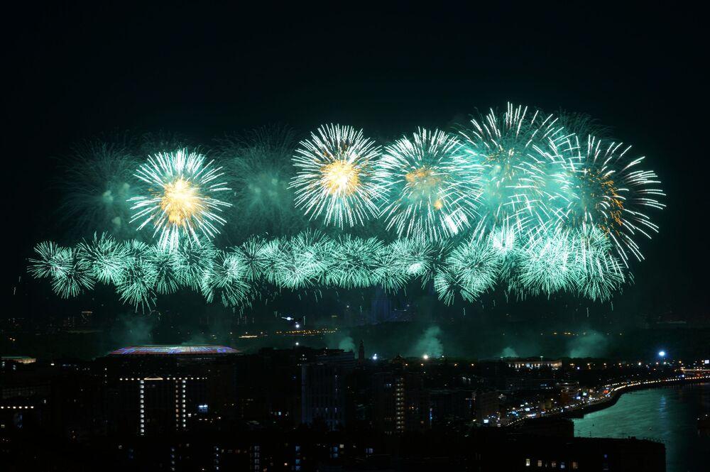 Fogos de artifício observados a partir da parte externa de um restaurante em Moscou