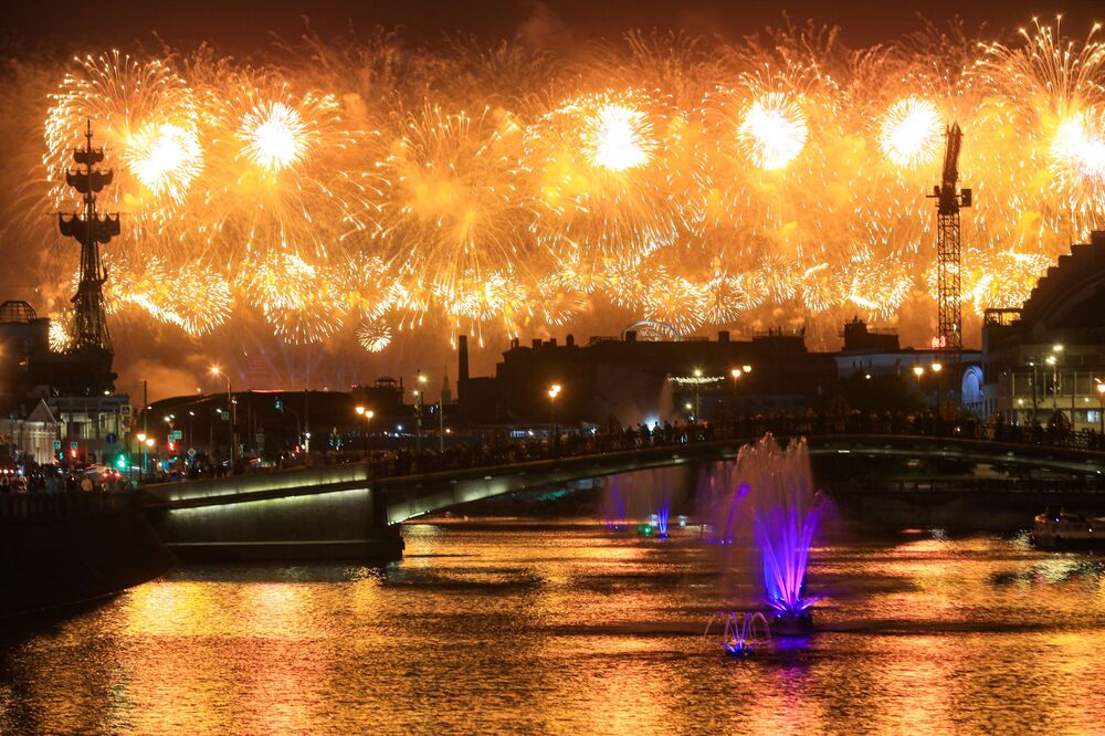 Fogos de artifício são vistos a partir de diferentes pontos de Moscou durante a celebração dos 75 anos da Vitória na Grande Guerra pela Pátria