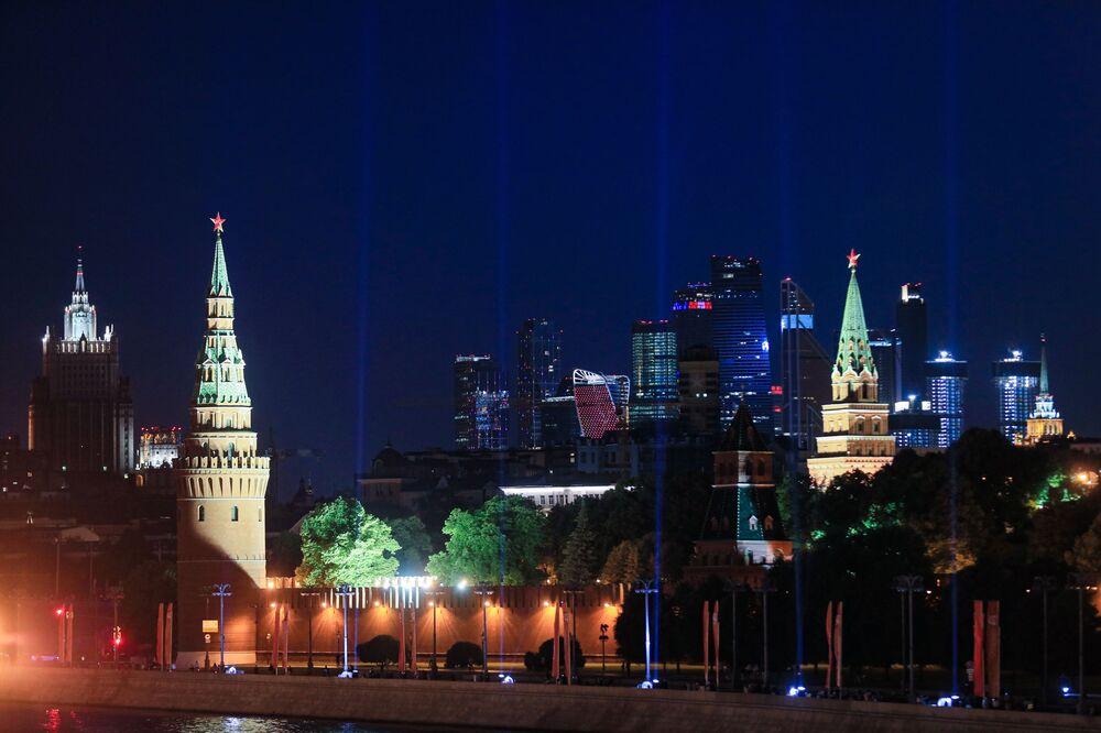 Vista do Kremlin e do conjunto comercial Moscow City durante o Brilho da Vitória dentro do Kremlin