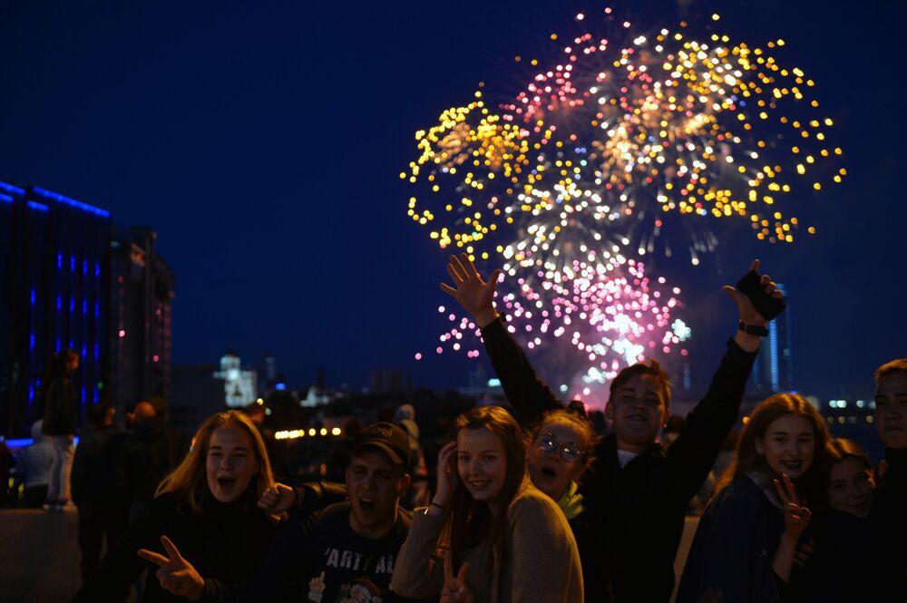 Pessoas observam a celebração dos 75 anos da Vitória na Grande Guerra pela Pátria em Ekaterinburgo