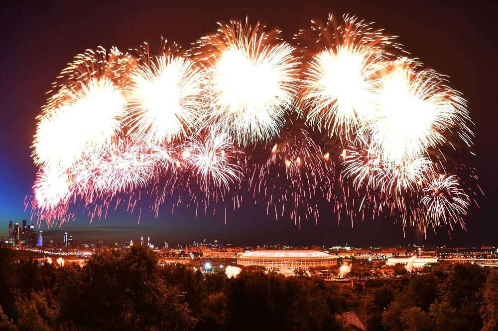 Fogos de artifício são vistos sobre o estádio Luzhniki em Moscou
