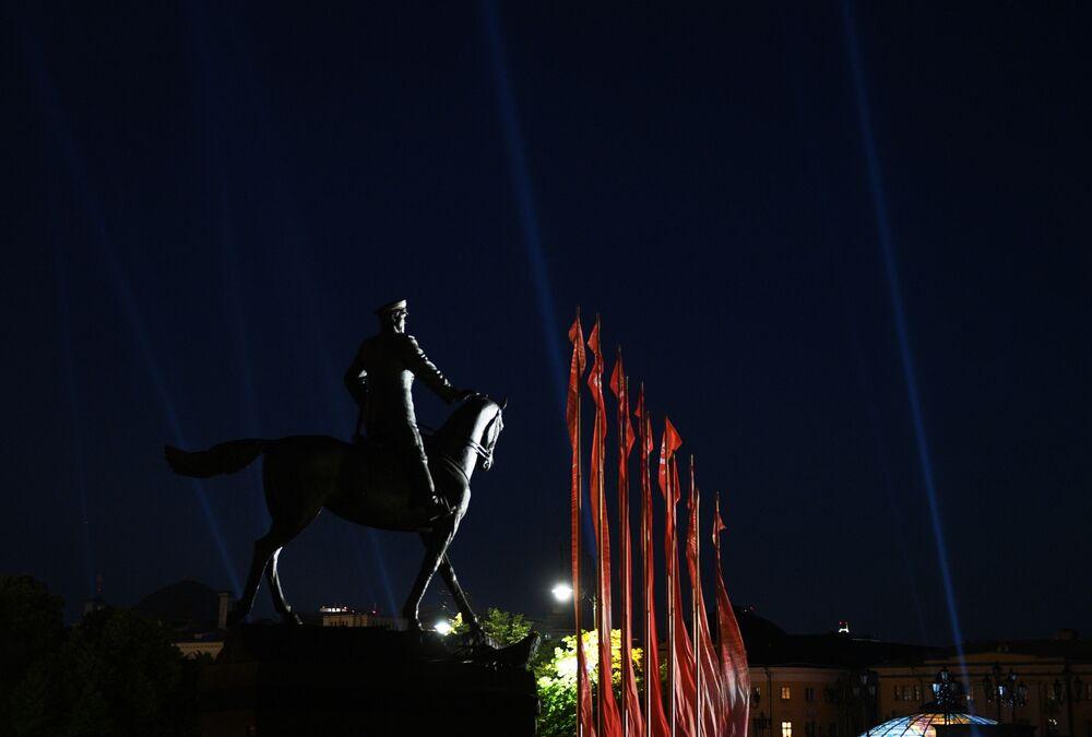Brilho da Vitória ilumina a Praça do Manege em Moscou