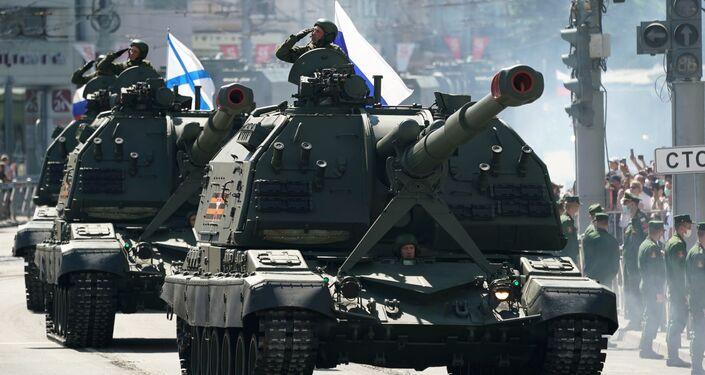 Artilharia autopropulsada Koalitsiya-SV durante a Parada da Vitória em Kaliningrado