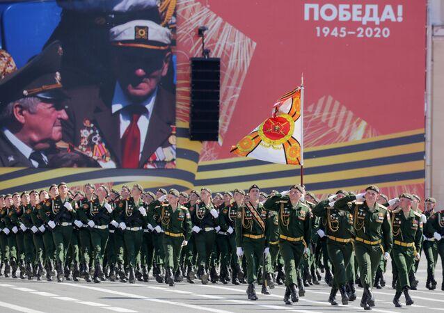 Militares marcham em São Petersburgo durante a Parada dos 75 anos da Vitória