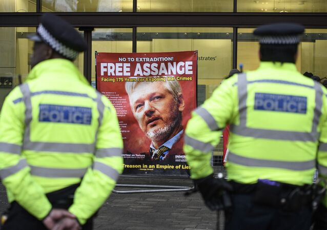 Policiais na entrada do Tribunal de Westminster, Londres, onde está decorrendo um ato contra a extradição do fundador do Wikileaks, Julian Assange