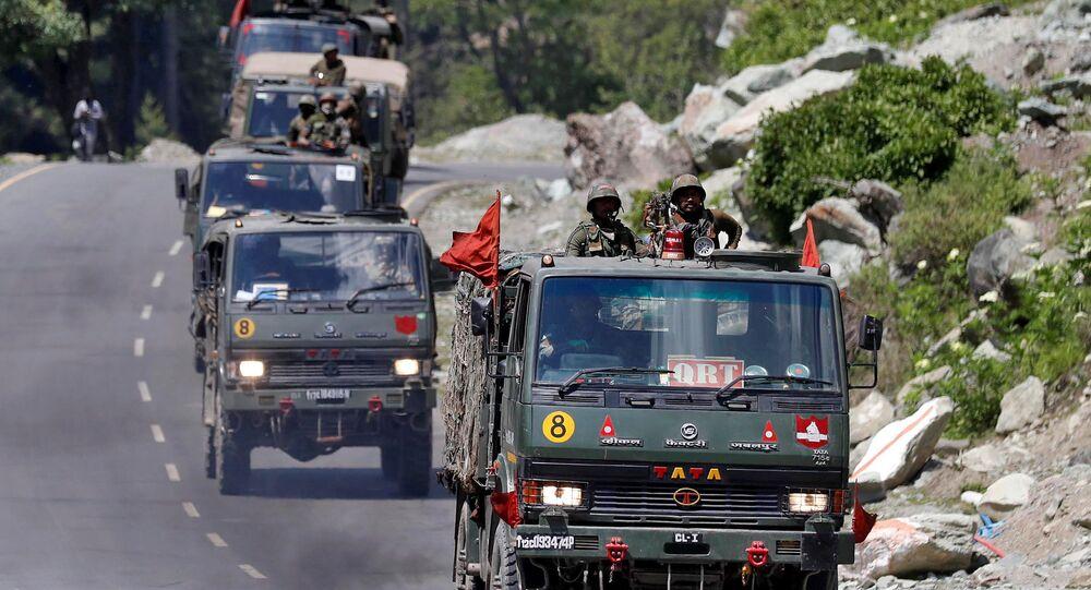 Um comboio do Exército da Índia se desloca ao longo de uma rodovia que leva a Ladakh, na Caxemira, 18 de junho de 2020