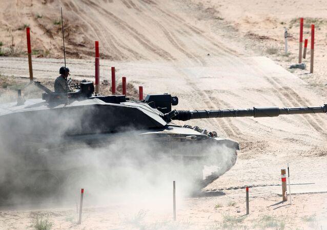 Tanque Challenger britânico do grupo de combate reforçado Presença de Vanguarda da OTAN, baseado na Estônia, avança durante exercício tático de certificação em Adazi, Letônia, 18 de junho de 2020 (imagem referencial)