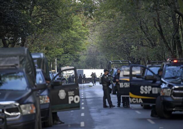 Policiais mexicanos em local onde o secretário de Segurança da Cidade do México, Omar García Harfuch, sofreu atentado