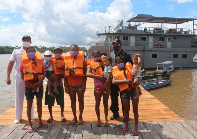 Militares da Marinha do Brasil com membros de comunidade ribeirinha do Pará, no Norte do Brasil
