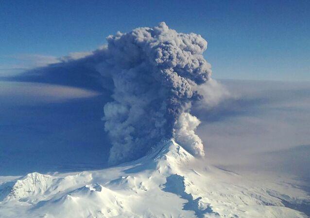 O vulcão Pavlof lança cinzas nas ilhas Aleutas do Alasca (foto de arquivo)