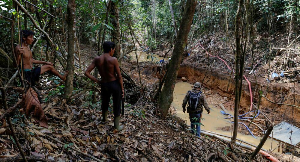 Índios yanomamis seguem agentes do Ibama que combatem a mineração ilegal em Roraima