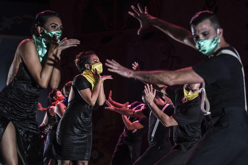 Dançarinos realizam apresentação no XIV Festival Internacional de Tango no Museu Metropolitano, na Colômbia