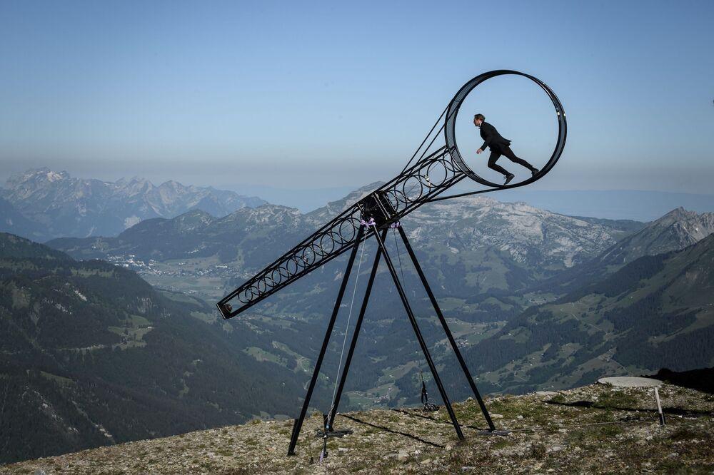 Acrobata suíço Ramon Kathriner participa de apresentação em Roda da Morte, no Glacier 300 Air Show