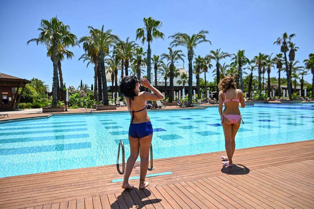 Turistas aproveitam dia de sol em piscina na Anatólia, na Turquia