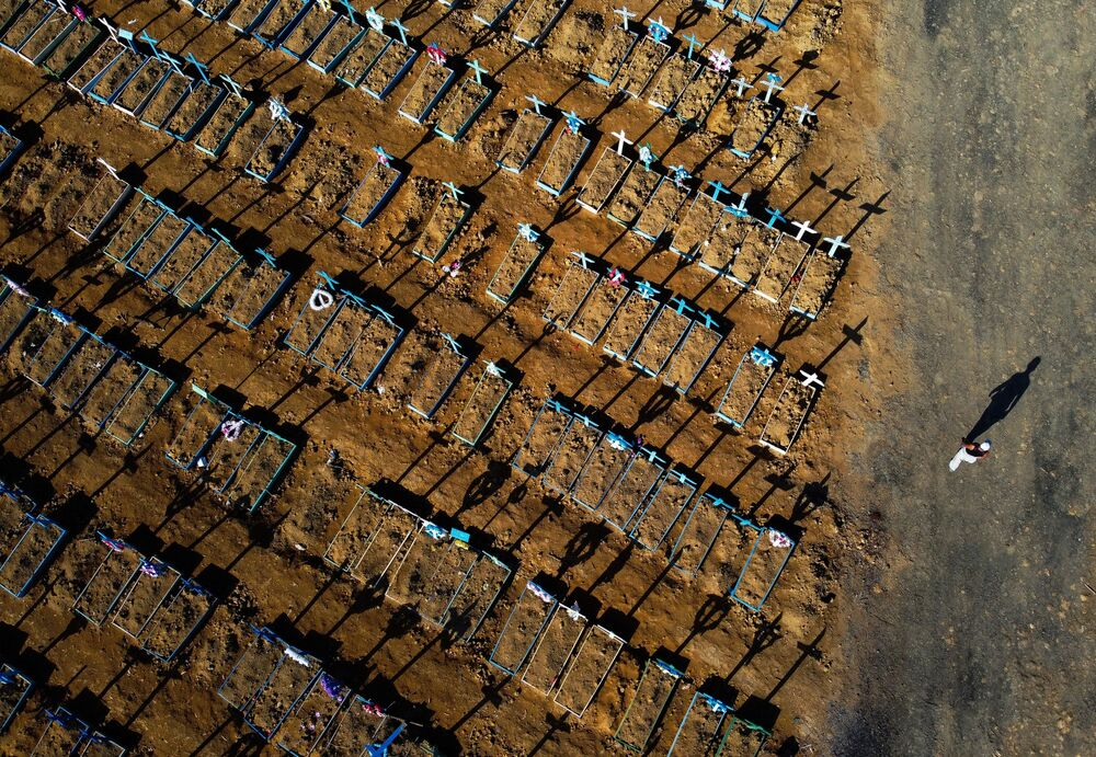 Vista aérea do cemitério Nossa Senhora Aparecida, em Manaus, neste domingo (21)