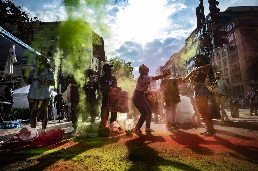 Em Washington, nos EUA, manifestantes realizam protesto com cores devido à discriminação racial