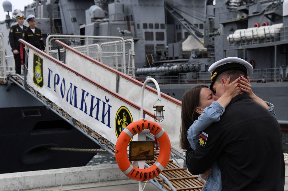 Casal se beija diante do navio da Marinha russa Gromky