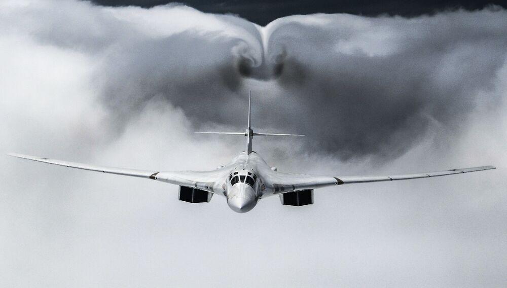 Bombardeiro estratégico Tu-160 realiza voo como parte da Parada do Dia da Vitória em Moscou