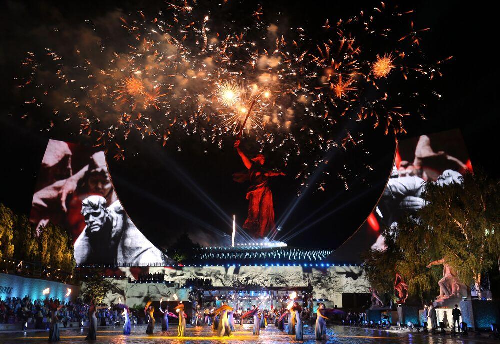 Concerto de comemoração do 75º aniversário do fim da Grande Guerra pela Pátria diante do monumento Mãe Pátria, em Volgogrado