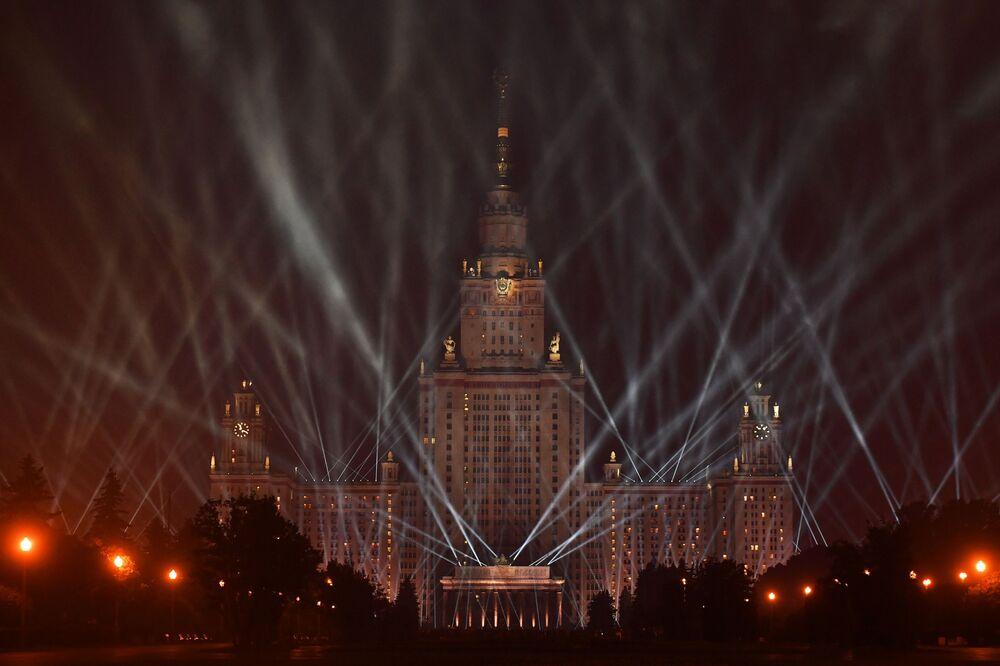Edifício da Universidade Estatal de Moscou durante comemorações do Dia da Vitória na Grande Guerra pela Pátria