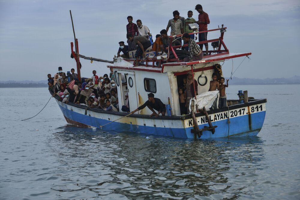 Barco leva refugiados da etnia rohingya para vila costeira da Indonésia