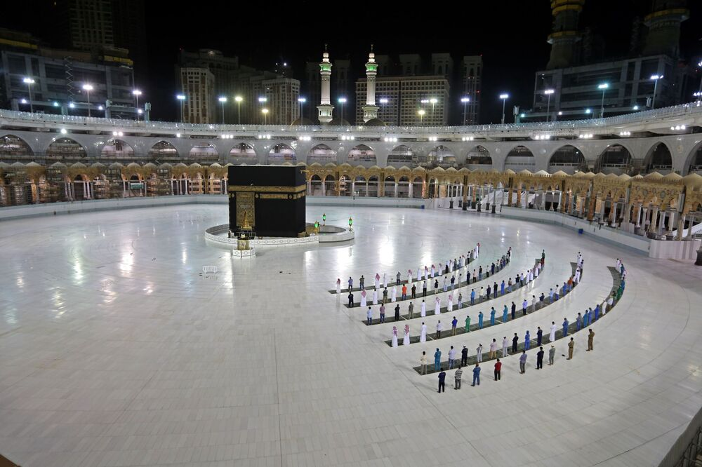 Homens celebram reza em 23 de junho na cidade sagrada de Meca, na Arábia Saudita