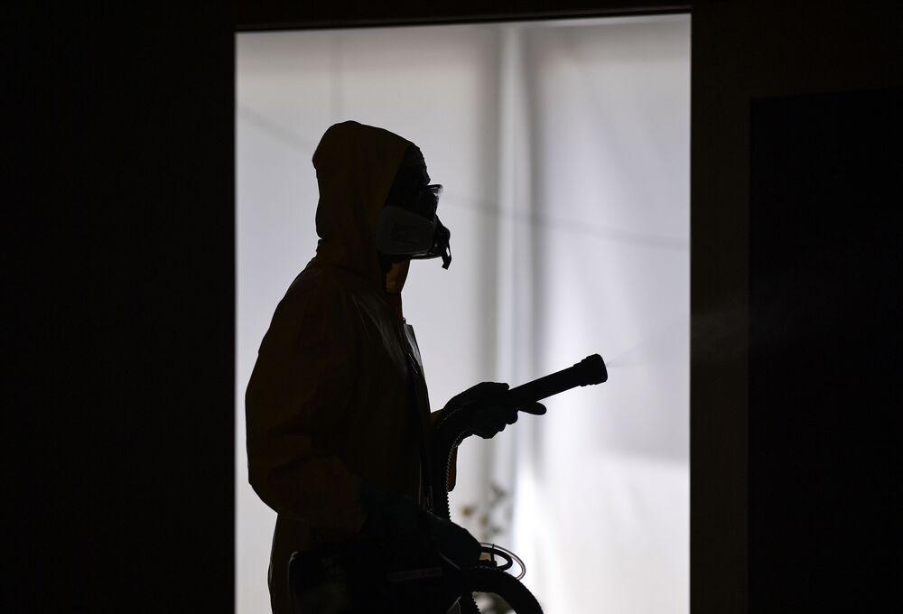 Funcionários de companhia privada realizam desinfecção em casa de Belo Horizonte