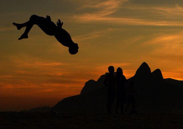 Banhistas se divertem na praia de Ipanema, no Rio de Janeiro, em 25 de junho