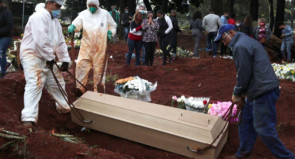 Enterro de homem que morreu com suspeita de coronavírus em Vila Formosa, em São Paulo