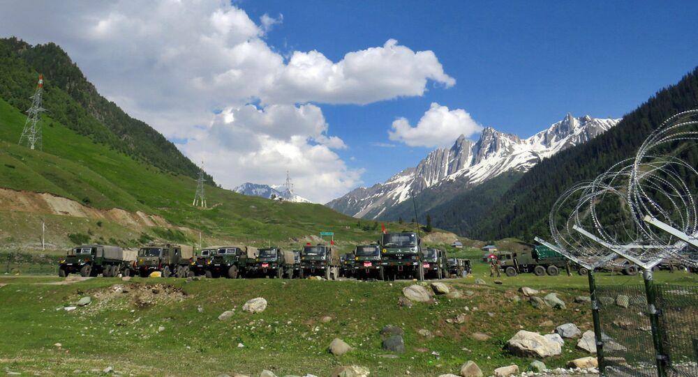 Soldados do Exército indiano em posto improvisado antes de seguir para Ladakh, perto de Baltal, sudeste de Srinagar, em 16 de junho de 2020
