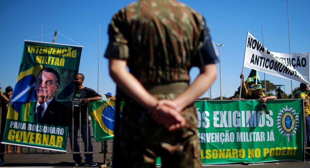 Em Brasília, manifestantes favoráveis ao presidente Jair Bolsonaro participam de protesto com faixas pedindo intervenção militar, em 28 de junho de 2020.