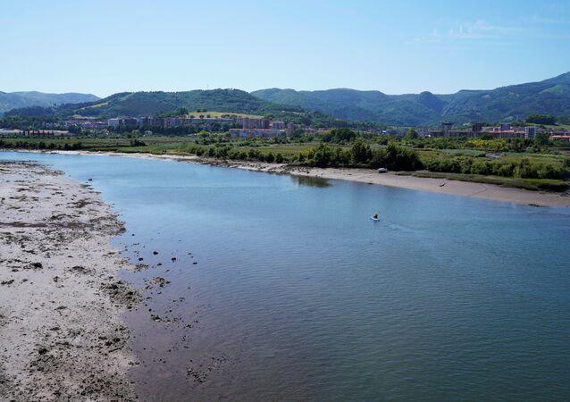 Canoísta no rio Bidasoa, que separa Espanha da França, em meio à reabertura das fronteiras espanholas para a maioria dos visitantes europeus após o lockdown do coronavírus, em Hendaya, França, 21 de junho de 2020