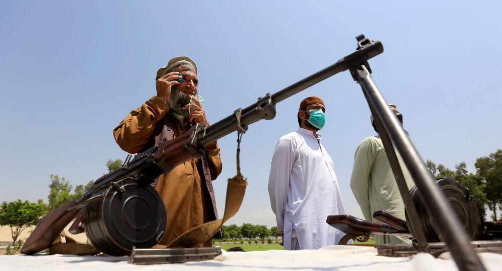 Membros do Talibã entregam suas armas e se juntam ao programa de reconciliação e reintegração do governo afegão em Jalalabad, Afeganistão, em 25 de junho de 2020
