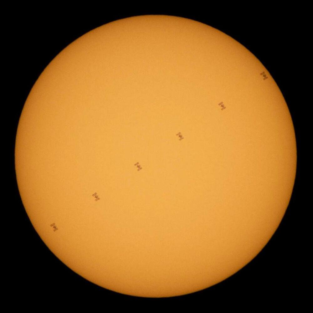 Estação Espacial Internacional (EEI) é fotografada transitando pelo Sol a cerca de oito km por segundo