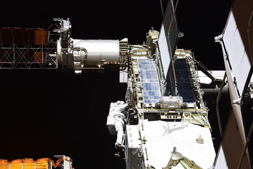 Astronautas da NASA Chris Cassidy e Robert Behnken passeiam pelo espaço aberto