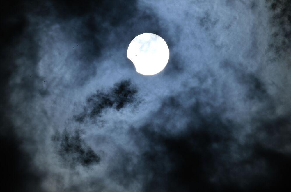 Eclipse solar parcial apreciado na cidade de Novossibirsk, na Rússia