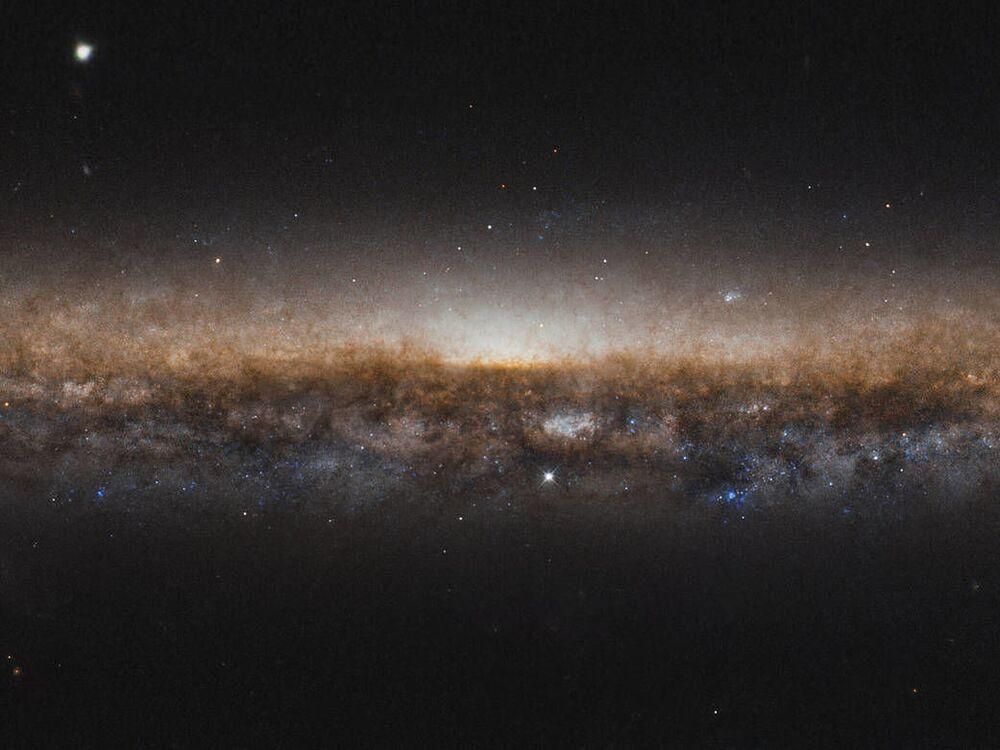 Galáxia NGC 5907 captada pelo telescópio espacial Hubble da NASA