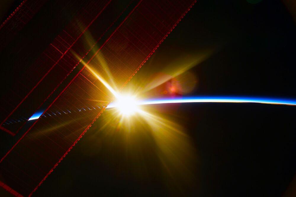 Amanhecer captado acima da Terra pela Estação Espacial Internacional