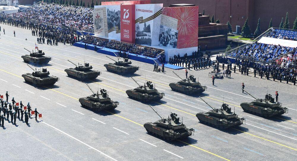 Tanques T-14 Armata e T-90M Proryv passando pela Praça Vermelha na Parada da Vitória, Moscou, 24 de junho de 2020